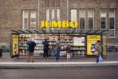 Producten scannen in een bushokje; Jumbo verandert op de bus wachten in online boodschappen doen.