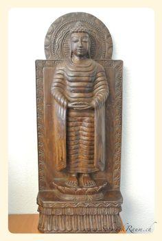 Buddha stehend aus massivem Hartholz, Nepal, dunkelbraun  B: 24cm H: 61cm T: 9 cm  http://www.schmuckraum.ch/online-shop/deko/buddha-stehend.php
