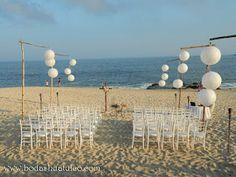 Decoración con esferas ideal para tu boda en playa por Bodas Huatulco