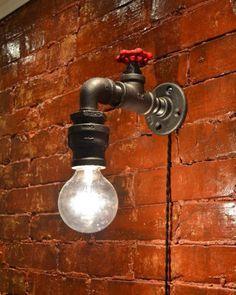 Originalidade e muita criatividade: esta luminária feita com apenas uma torneira e uma lâmpada.