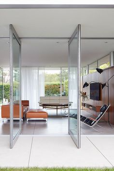 The Delphi Elements Sofa by Hannes Wettstein featured in this mid-century home in Santa Monica. The furniture and architectural touch create a sense of simplicity throughout the home. Image by Roger Davies. #fredericiafurniture #erikjørgensen #erikjoergensen #delphisofa #delphielements #hanneswettstein #interiordesign #sofadecor #modernoriginals #craftedtolast Sofa Material, Elegant Sofa, 3 Seater Sofa, Mid Century House, Lounge Areas, Danish Modern, Santa Monica, Minimalist Design, Timeless Design