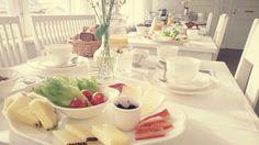 Pariisin Villen aamiaispöytä odottaa työmatkaajaa.