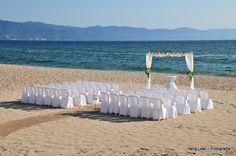 Montaje de ceremonia en la playa. Wedding ceremony at the beach.