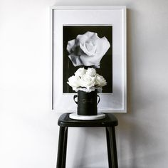 Monochrome design can be so dramatically elegant and sophisticated. We're definitely into it #simplyhomedecor