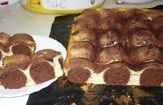 Z 22 dkg polohrubé mouky, 125 g másla, 2 vajec, 15 dkg cukru, 3 polévkové lžíce kakaa a prášku do pečiva uděláme těsto a dáme na hodinu do lednice, pak na plech vytvarujeme kuličky. Kuličky následně opatrně zalijeme tvarohovou náplní a upečeme. Náplň vytvoříme smícháním 4 tvarohů (ne vaničkové), 125 g másla, 2 žloutků, 25 dkg cukru a 1 vanilkového pudinku v prášku. Nakonec zlehka vmícháme sníh ze 2 bílků.Pro vizuální efekt krájíme vždy v polovině kuličky.
