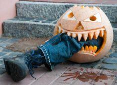 bein im kurbis gruselige halloween kostume halloween spruche halloween deko basteln halloween deko