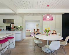 Inspiration pour une cuisine vintage avec un placard à porte plane et des portes de placard blanches.
