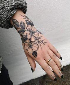 Hand Tattoo Frau, Wrist Hand Tattoo, Half Sleeve Tattoos Forearm, Skeleton Hand Tattoo, Inner Bicep Tattoo, Girl Thigh Tattoos, Cool Wrist Tattoos, Boho Tattoos, Flower Wrist Tattoos