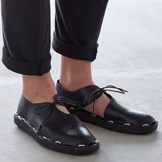 unisex shoes - LOPER is a Japanese brand of unisex shoes that combines the talents of creative team PROEF and designer Roderick Pieters. The shoes are characteriz. Tap Shoes, Men's Shoes, Shoes Style, Quirky Shoes, Fashion Shoes, Mens Fashion, Doc Martens Oxfords, Custom Shoes, Geek Chic
