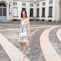 Yesterday before Tod's presentation - look de ontem com vestido @sissa.brasil no @oqvestir (muito apegada), óculos @dior, bolsa @tods e tênis Adidas. Vic Ceridono | Dia de Beauté
