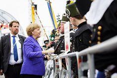 WEBSTA @ bundeskanzlerin - Bundeskanzlerin Angela #Merkel unterhält sich bei den Feierlichkeiten zum Tag der Deutschen Einheit in #Dresden mit Mitgliedern eines Bergmannzugs. #tdde