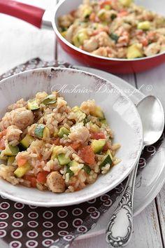 Przepis na risotto z kurczakiem, cukinią i pomidorami.