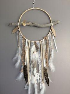 Attrape rêves / dreamcatcher / attrapeur de rêves en bois flotté, dentelle, plumes de paon