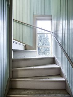 home interior design blue couch Decor Interior Design, Interior Decorating, Beadboard Wainscoting, Swedish Interiors, Painted Stairs, Country Interior, Forest House, House Entrance, Staircase Design