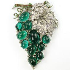 Emerald Jewelry Trifari 'Alfred Philippe' Emerald Cabochon Grapes on Vine Pin Clip ca How much do you Emerald Jewelry, High Jewelry, I Love Jewelry, Jewelry Design, Vintage Costume Jewelry, Vintage Costumes, Antique Jewelry, Vintage Jewelry, Deco Retro