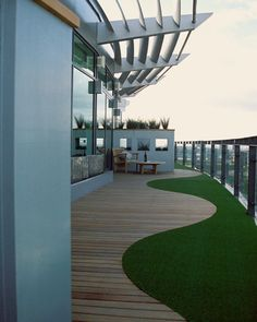 Curved decking and fake lawn on roof terrace //Andy Sturgeon