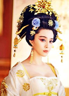 The Empress of China (simplified Chinese: 武媚娘传奇) is a 2014 Chinese television drama based on events in and Tang dynasty, starring producer Fan Bingbing as the titular character Wu Zetian—the only female emperor in Chinese history. Fan Bingbing, Wu Zetian, Chinese Traditional Costume, Traditional Fashion, Oriental Fashion, Asian Fashion, Moda China, The Empress Of China, Chinese Clothing