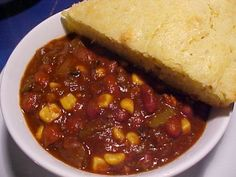 Vegan chili (no added fat); cornbread from the Better Homes and Gardens cookbook, with water/oil in place of milk. Cornbread was cooked in a cast-iron skillet. Bean Recipes, Vegan Recipes Easy, Crockpot Recipes, Vegetarian Recipes, Cooking Recipes, Delicious Recipes, Slow Cooker Vegan Chili, Easy Vegan Chili, Chili And Cornbread
