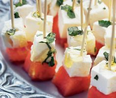 Mycket enkelt och samtidigt raffinerat gott! Melon- och fetaostspett där sött möter salt och den fantastiska smakbrytningen av myntahonung är suverän. Gör många, det är strykande åtgång.