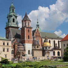 Krakau ist eine der kulturell und politisch bedeutendsten Städte Polens. Sowohl das historische Stadtzentrum als auch das jüdische Viertel sind überfüllt mit Cafés, Geschäften und Kneipen, aber auch der gut 4 Hektar große Hauptmarkt ist ein unvergleichliches Erlebnis für alle Sinne. Sag uns einfach, wann deine Reise losgehen soll und schon suchen unsere Experten die besten Preise der Reisebüros für dich heraus- auf travelyst.de!