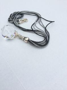Collar de cordón de algodón, piezas de Zamak, y dije cristal egipcio. Materiales Farfalla, Costa Rica