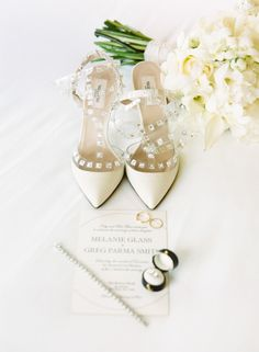 All ivory winter wedding is the epitome of chic: http://www.stylemepretty.com/2014/12/10/winter-color-palettes/ #zapatos #novias #tendencias