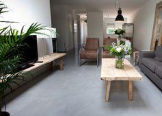 Beton cire in de woonkamer geeft het geheel een #rustieke look. #beton #betonlook #betoncire #betonvloer Flooring, Decor, Furniture, House, Table, Home, Home Alone, Rustic Dining Table, Home Decor