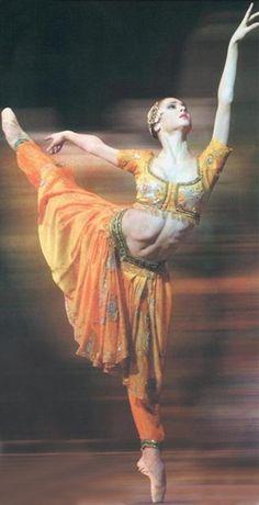 "LA MORT DE NIKIYA    Svetlana Zakharova in finale from Act I of ""La Bayadère"". Opéra national de Paris, circa 2005."