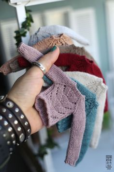 I want all those sweaters in human size please! Crochet Doll Clothes, Knitted Dolls, Crochet Dolls, Barbie Patterns, Doll Clothes Patterns, Barbie Dress, Barbie Clothes, Clothes Crafts, Cute Dolls