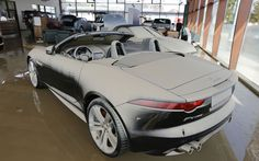 9 de junho - Um Jaguar modelo F-Type conversível é visto coberto de uma camada de barro em concessionária na cidade de Fischerdorf, na Alemanha, depois que a água da enchente baixou. A loja fica perto do rio Danúbio, que transbordou com as fortes chuvas