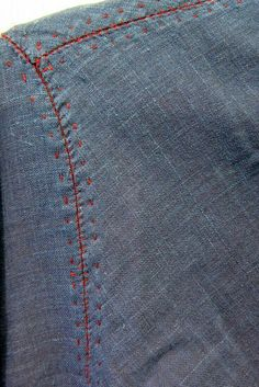 Shoulder & Sleeve Seams embellished with Embroidery Stitches . Sewing Detail: great way of embellishing a simple shirt a caelo usque ad centrum - from the sky into the center. A collection of pictures: Colors - threads,. Prik Stikning , flot i kontrastfar Embroidery Stitches, Hand Embroidery, Embroidery Designs, Techniques Couture, Sewing Techniques, Tailoring Techniques, Sewing Hacks, Sewing Tutorials, Visible Mending