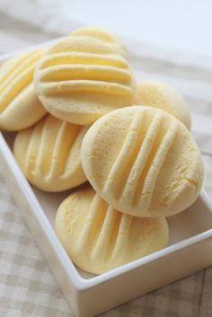 Ingredientes almidón de maíz 175g 100 g de leche condensada mantequilla 65g 1 cucharada de azúcar 1 yema de huevo Preparación Precalentar el horno a 160 º Batir el huevo con la mantequilla a temperatura ambiente, a continuación, añadir la leche y el azúcar y luego la maicena tamizadas. Formamos bolitas y aplastar ligeramente con un tenedor. Extender papel de filtro en la bandeja del horno y colocar las galletas separadas. Hornear de 12 a 15 minutos.