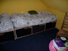 Twee bedden met lades