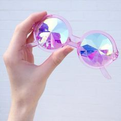 pretty round shaped sunglasses, transparent pink frames with holographic lenses. Need for summer! Holographic Fashion, Holographic Glasses, Holographic Universe, Lorie, Zooey Deschanel, Pink Aesthetic, Rainbow Aesthetic, Grunge Outfits, Cat Eye Sunglasses