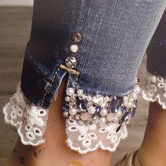 Denim on Denim - The Timeless Trend - Nähen : Kleidung - Denim Fashion Denim And Lace, Lace Jeans, Diy Jeans, Sewing Jeans, Clothes Refashion, Diy Clothing, Remake Clothes, Jeans Refashion, Refashioned Clothing