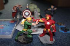 """Ich biete hier im Auftrag folgende Dinge an:Disney Infinity 2.0 Marvel Super Heros Starterset an. Zusätzlich gibt es weitere Figuren: Captain America, Hulk, Iron Fist und Hawkeye.Die CD ist selbstverständlich auch dabei. Ebenso der """"Fels"""" und 2 Chips.Die Sachen wurden pfleglich behandelt und sind in Top-Zustand."""