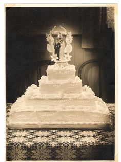 1970s Wedding, Vintage Wedding Photos, Vintage Weddings, Vintage Bridal, Vintage Pictures, Wedding Pictures, Extravagant Wedding Cakes, Beautiful Wedding Cakes, Square Wedding Cakes