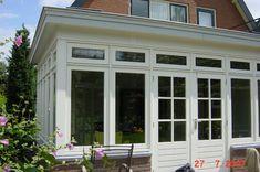 Voor deze opdrachtgever hebben de we de bestaande woning mogen uitbreiden door aan de achterzijde van de woning een tuinkamer te realiseren. Deze geheel in stijl van de woning met de karakteristieke kenmerken als geisoleerde beglazing met glas-in-lood en overstekken. Mudroom, Porch, Garage Doors, Windows, Outdoor Decor, Pretty, Google, Home Decor, Greenhouses