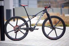 serie bikes notaveis - Specialized Epic Sworks com rodas de carbono_1