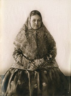 Local fashion: Russian beauties of the century in traditional costumes Russian Beauty, Russian Fashion, Vintage Photographs, Vintage Photos, Back In The Ussr, Russian Culture, Russian Folk, Imperial Russia, Historical Clothing