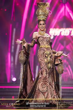 Miss Grand Thailand 2017 'Udon Thani' Thailand National Costume, Thailand Costume, Thai Traditional Dress, Traditional Outfits, Victoria Secret Show, Mode Editorials, Mardi Gras Costumes, Thai Dress, Thai Model