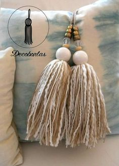 tassels with pearls Tassel Jewelry, Wooden Jewelry, Wooden Beads, Crafts To Make, Easy Crafts, Passementerie, Craft Bags, Beaded Garland, Craft Items