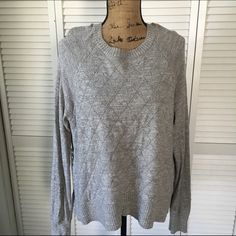 MAKE OFFER | 30% off BUNDLES! Long sleeve sweater with checkered diamond texture. Slight hi/low feature. Some pilling around, but in great condition! The shoulders are a little misshapen due to hanging for a while. Banana Republic Sweaters Crew & Scoop Necks