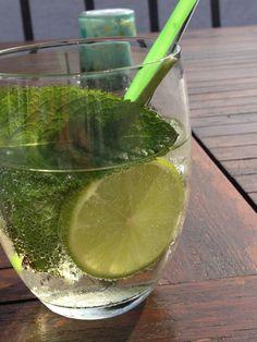 Martini Royale met munt en limoen