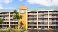 Days Inn Fort Lauderdale-Oakland Park Airport North Fort Lauderdale Enjoy the warm Florida sunshine at this convenient hotel, located just off Interstate 95 and only minutes away from an international airport, in the beautiful city of Fort Lauderdale.