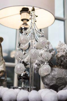 Juletre klart, med frostede julekuler