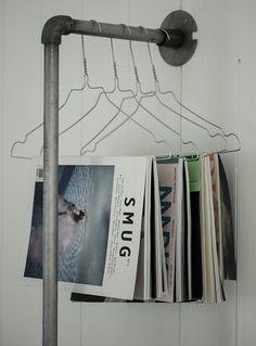 Rør rett i veggen. Heng klær eller magasiner på bøylene. DIY garderobe
