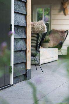 Buitenpracht Houtbouw - Veranda met berging en houtkachel Outdoor Chairs, Outdoor Furniture, Outdoor Decor, Cosy House, Camping Glamping, Modern Barn, Ladder Decor, Outdoor Living, Pergola