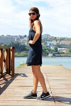 E por que não com um vestidinho preto? | 20 provas de que você deve repensar o tênis esportivo nos looks do dia