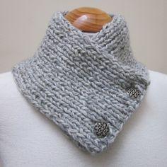 Brei een licht grijze dikke wol/alpaca mix, dit is 26-inch lang (66 cms), 5 inch breed (13 cms) en vastmaakt met 2 sierlijke cast tinnen knoppen.  Een prachtige manier om je nek warm houden deze winter, zonder de bulk (of deurgreep entanglings) van een volledige lengte sjaal.
